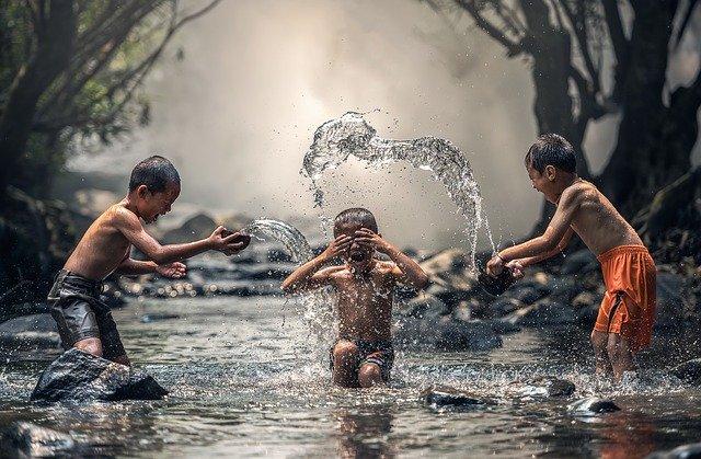 子ども川遊び